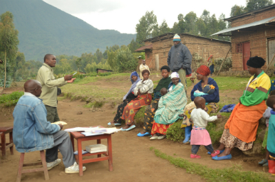 Munyarugero talking with villagers