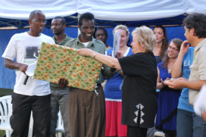 Barabwiriza receives retirement gift from Fossey Fund President and CEO Clare Richardson