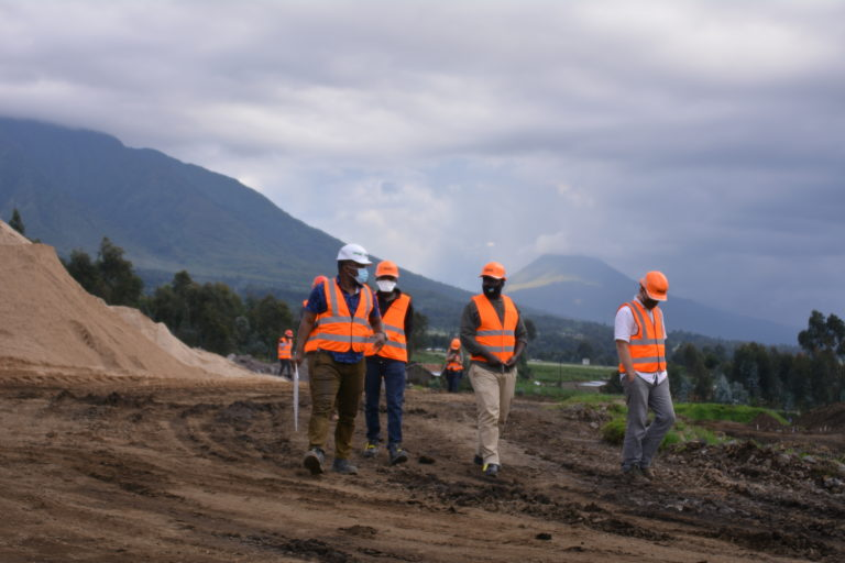 Karisoke staff at the campus construction site 15-Oct-2020 KRC Cedric (123)